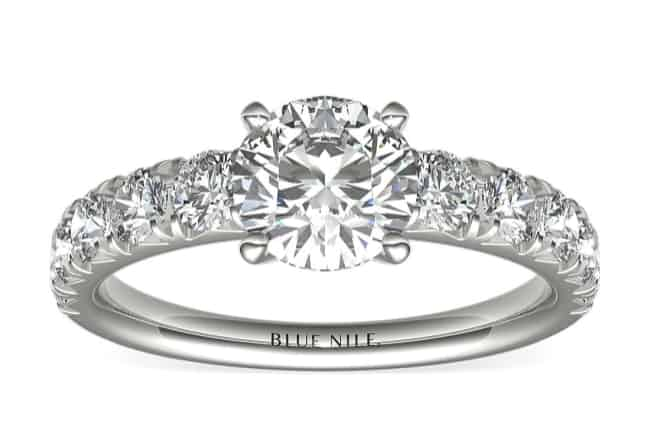 Anillo de compromiso redondo pavimentado francés con diamantes