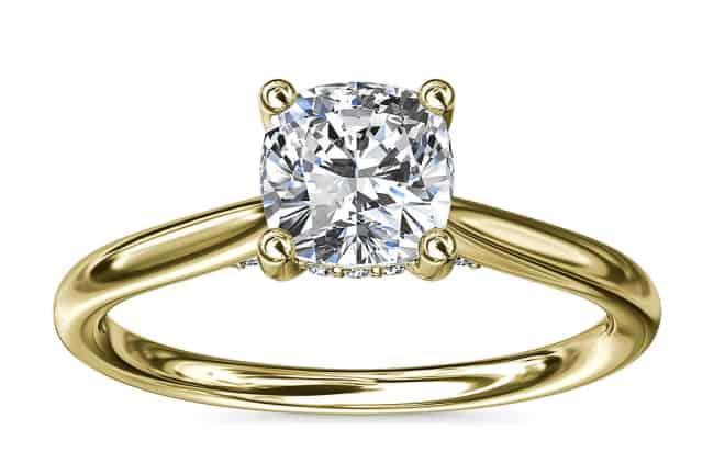 anillo de diamante tallado en cojín